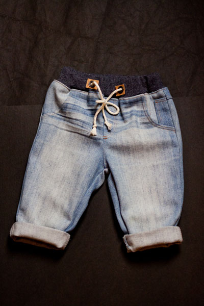 Baby Jeans, Vorderseite, recycelt aus einer alten Damenjeans.