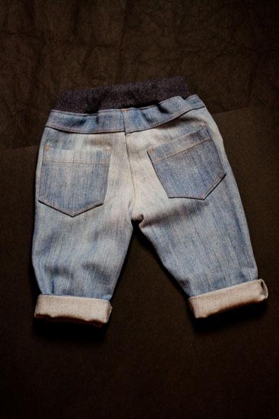 Baby Jeans, Rückseite, recycelt aus einer alten Damenjeans.